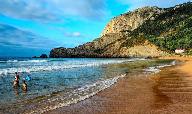 Playa de Laga al anochecer.