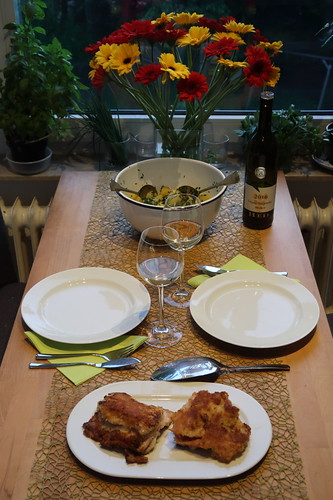 Fischfilet Schweizer Art mit grünem Kartoffelsalat (Tischbild)