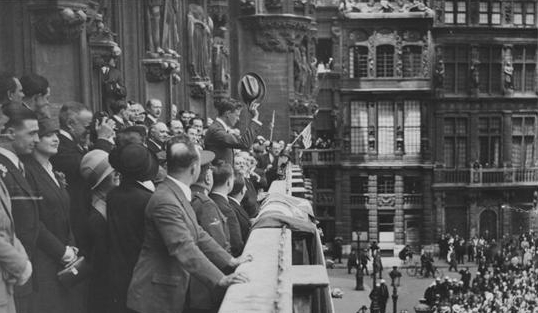 Charles A Lindbergh greeting crowds at City Hall. Brussels May 29, 1927. The Manuscripts and Archives Digital Images Database (MADID)