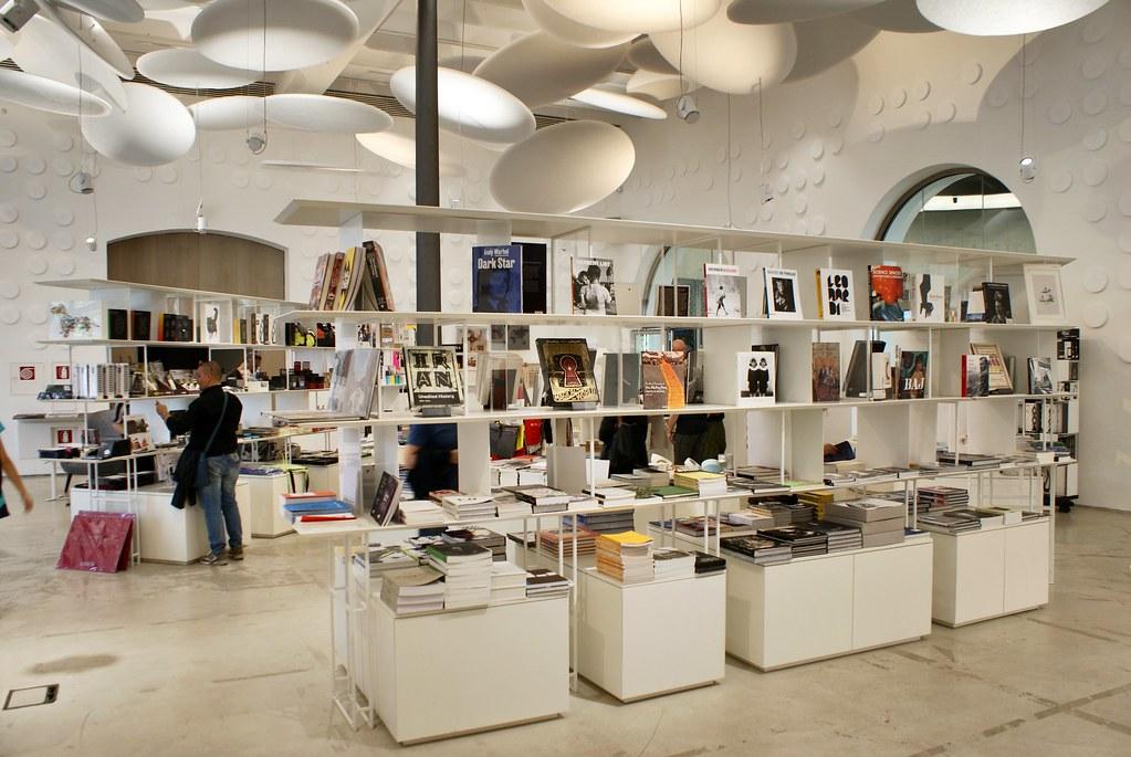 Librarie du musée Maxxi à Rome ouvert sur le café