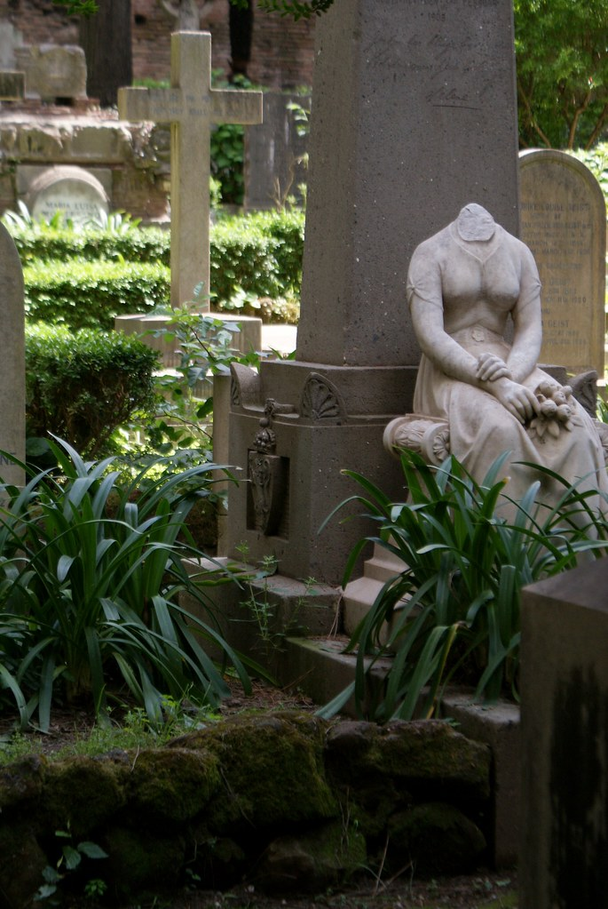 Sculpture d'une femme sans tête à la poitrine tendue au cimetière protestant ou non-catholique de Rome.