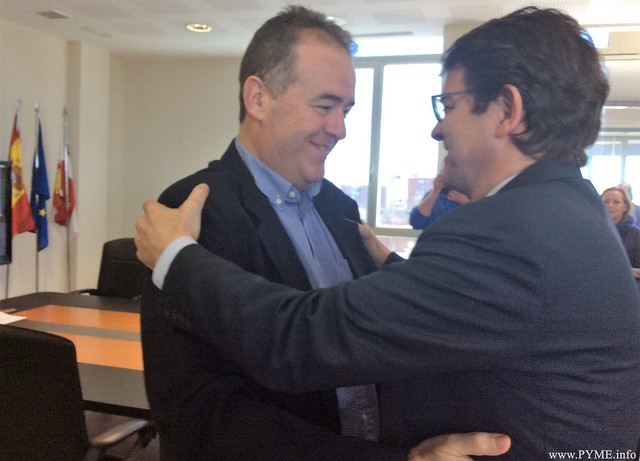 El presidente de CONFAES, Juan Manuel Gómez, saluda al alcalde de Salamanca y presidente del Partido Popular de Castilla y León, Alfonso Fernández Mañueco.