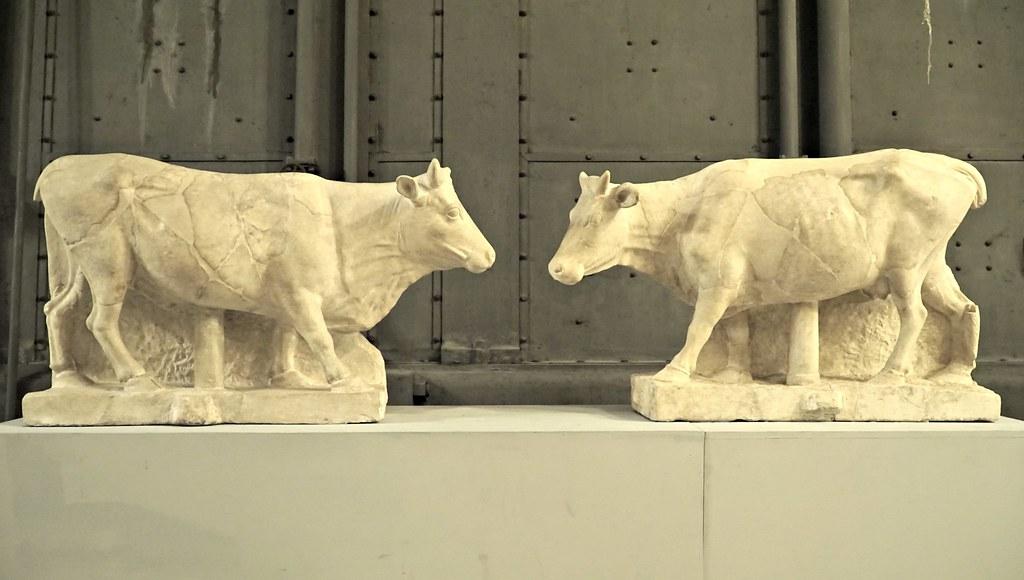 Lehmä-veistokset Centrale Montemartinissa