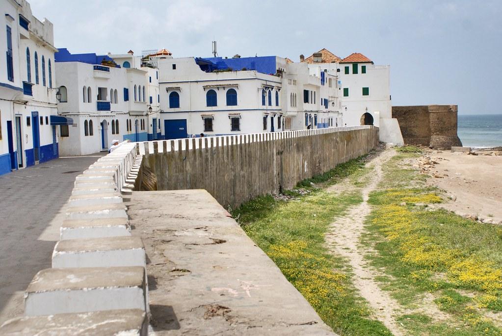 Médina d'Asilah côté mer et plage.