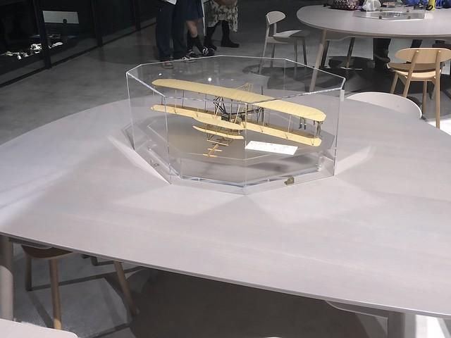 飛燕展示エリア 休憩スペースのテーブル IMG_0045