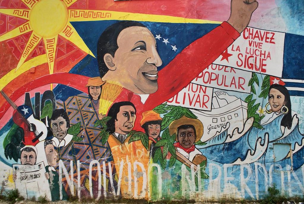 Hugo Chavez, le feu leader du Vénézuela sur le terrain de foot du centre socioculturel Je so' Pazzo à Naples.