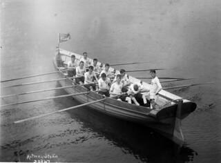 Rowing crew in racing boat, Royal Naval College, Halifax, Nova Scotia / Équipe de rameurs dans un bateau de course, Collège de la marine royale, Halifax (Nouvelle-Écosse)