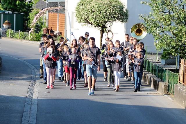 JM Weiler marschiert durchs Dorf