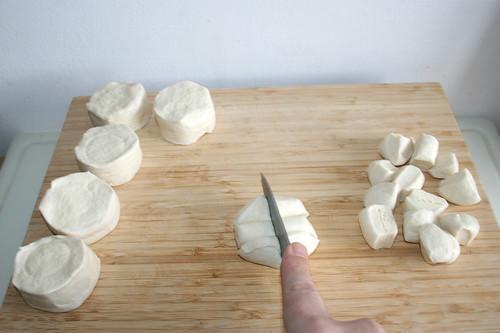 19 - Jedes Stück Brötchenteig sechsteln / Cut every dough piece in six pieces
