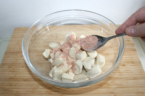 20 - Fajitagewürzmischung zu Brötchenteig geben / Add fajita seasoning to dough