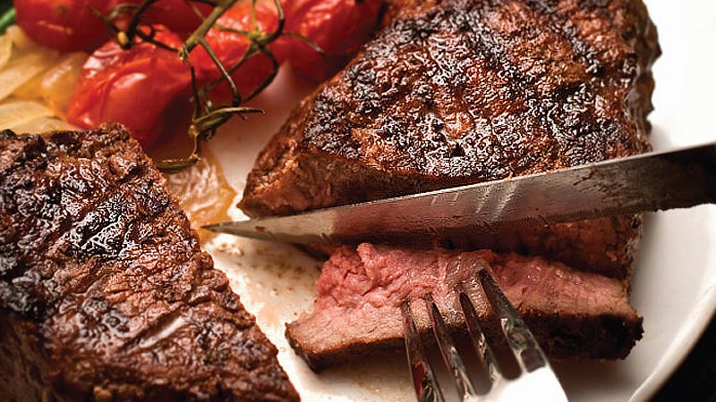 Salah satu cara membuat daging menjadi empuk adalah memotong melintang serat daging.