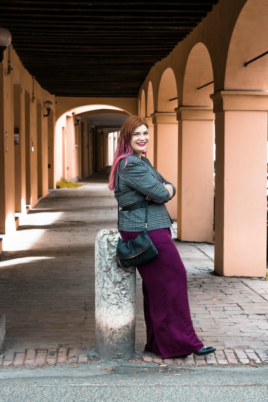 outfit curvy plus size pantaloni palazzo viola e blazer principe di galles (4)