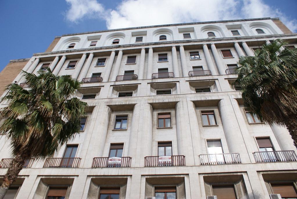 Construction massive (architecture fasciste ?) dans la partie nord du quartier San Ferdinando à Naples.