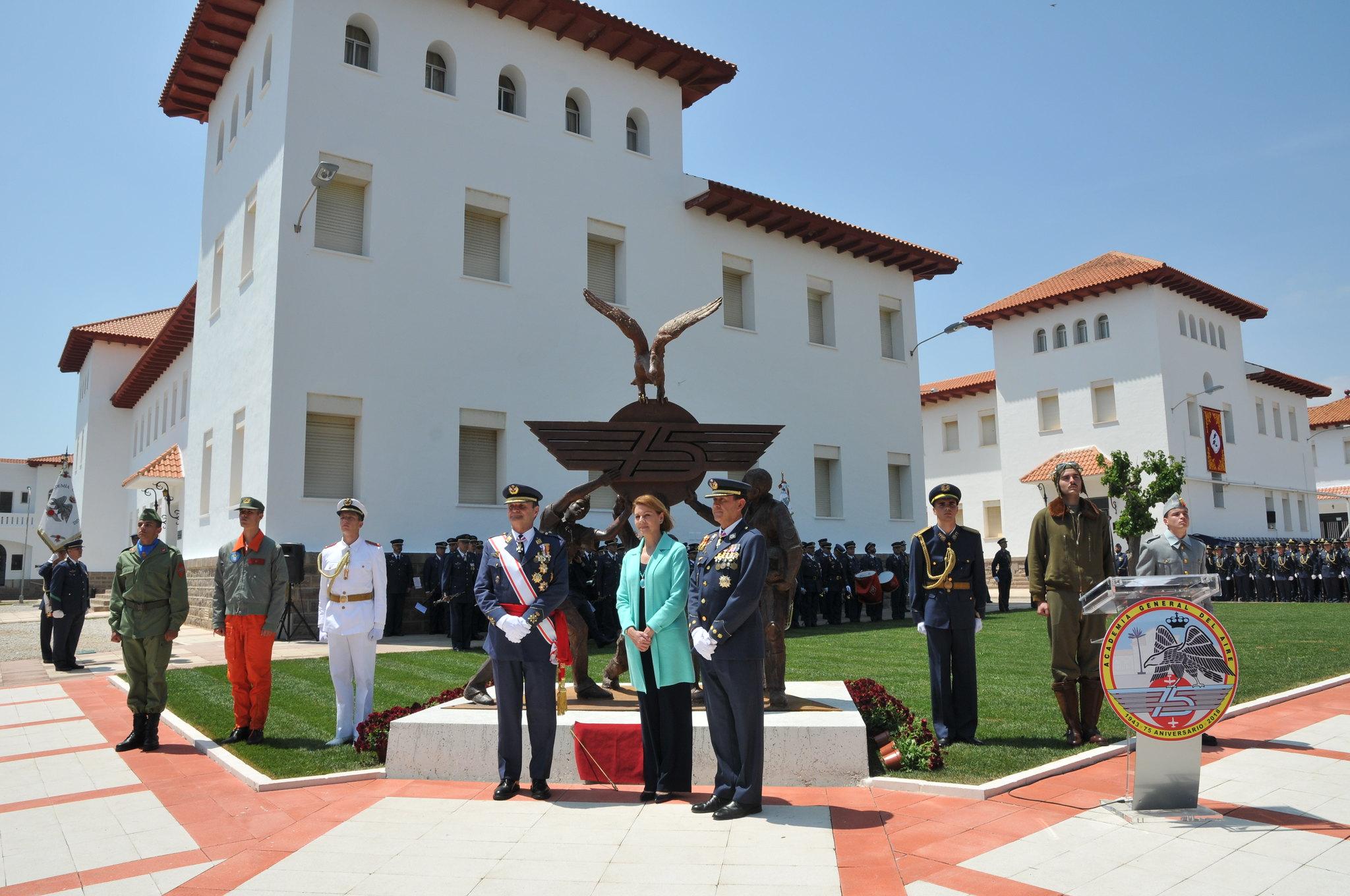 La ministra de Defensa posando junto al monumento conmemorativo del 75 Aniversario