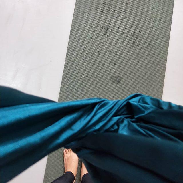 20180515 第543堂課 空中瑜伽 瑜伽墊上深色的 都是我那奔放的汗啊 #有運動沒在怕的 #運動使人開心 #40歲以後找回自己 #喜歡自己拍自己
