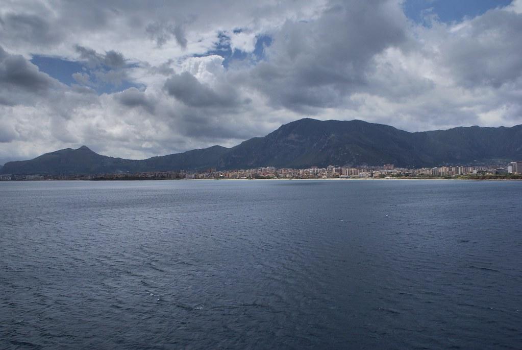 Palerme et ses montagnes, vue depuis un ferry quittant le port.