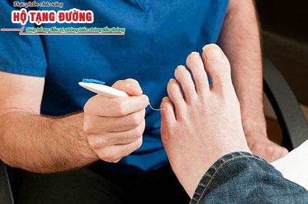 Kiểm tra phản xạ và cảm giác bàn chân, phát hiện sớm biến chứng tiểu đường