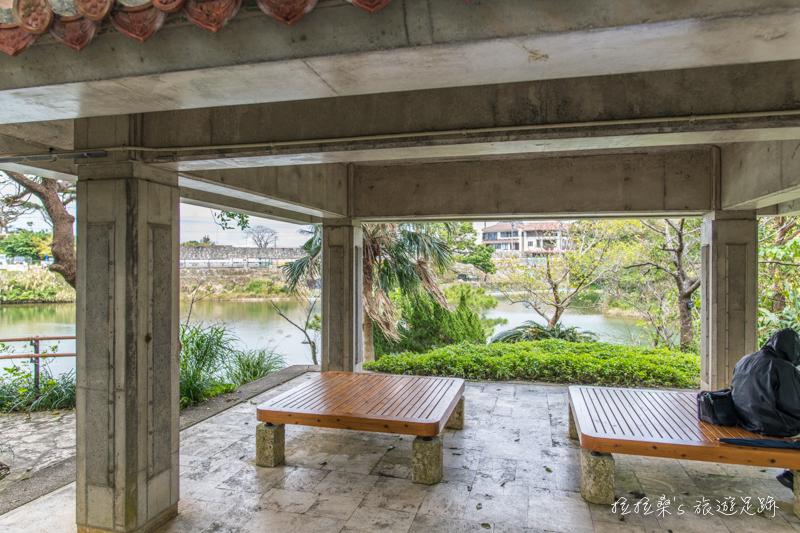 日本沖繩龍潭,首里城旁的迷人湖景,漫步於湖畔更有可愛親人的小鴨相陪,一起感受琉球的悠閒風光