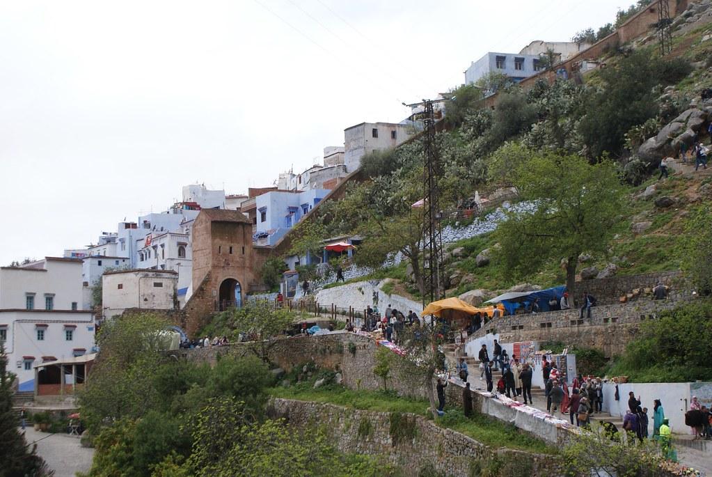 Une des artères rejoignant la mosquée sur la colline de la place centrale de la médina de Chefchaouen.