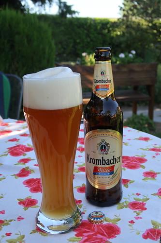 Alkoholfreies Weizen (Krombacher) im Garten