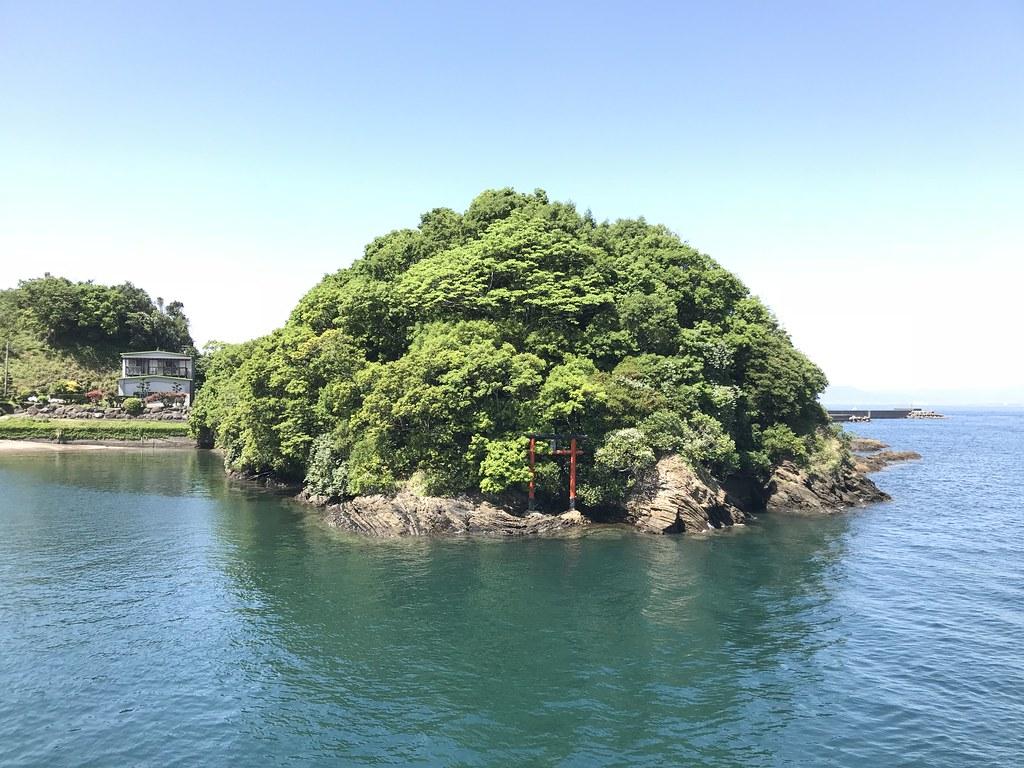 謂われは調べていないが根占港近くの小島に鳥居がみえる