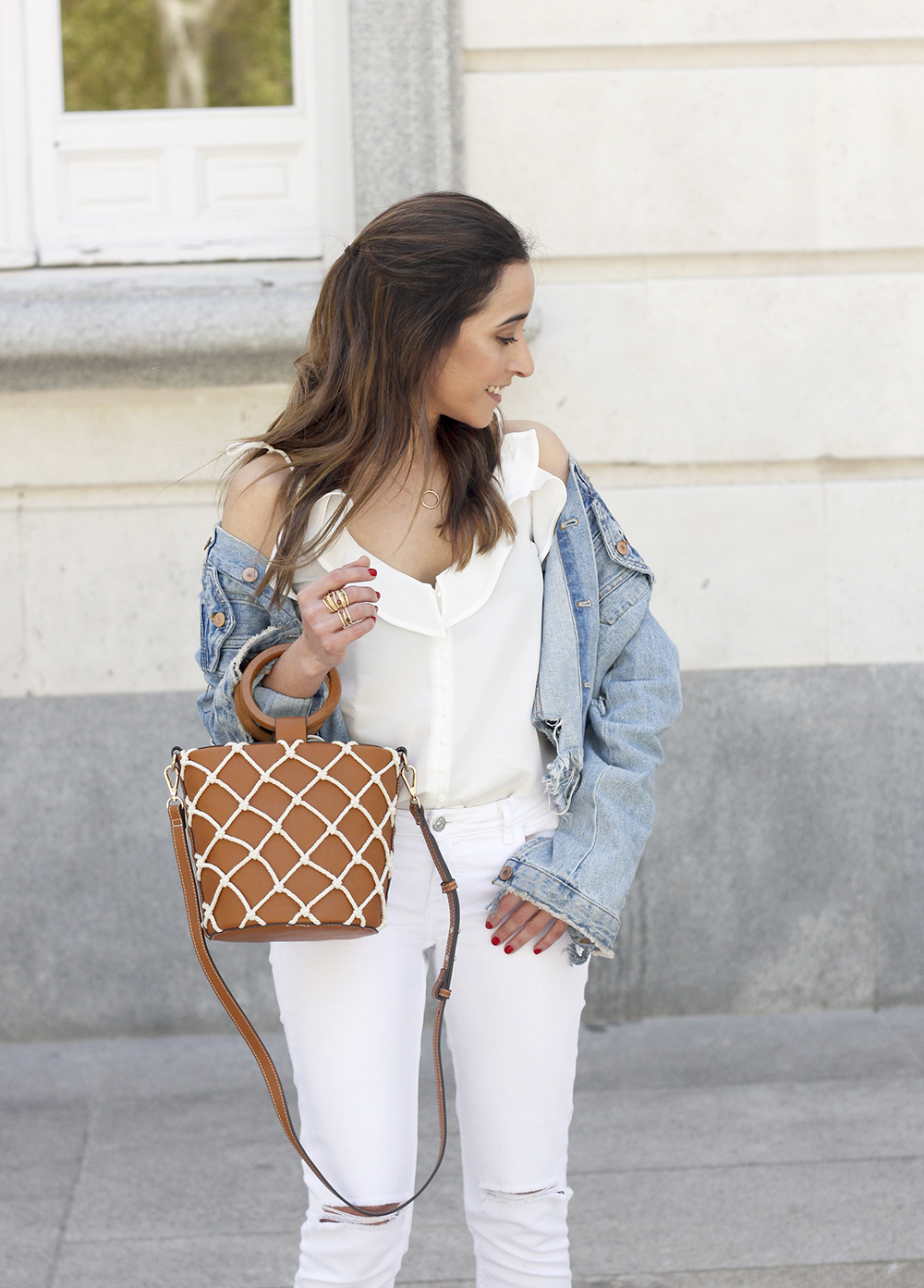 white outfit denim jacket bolso mango spring outfit 201809