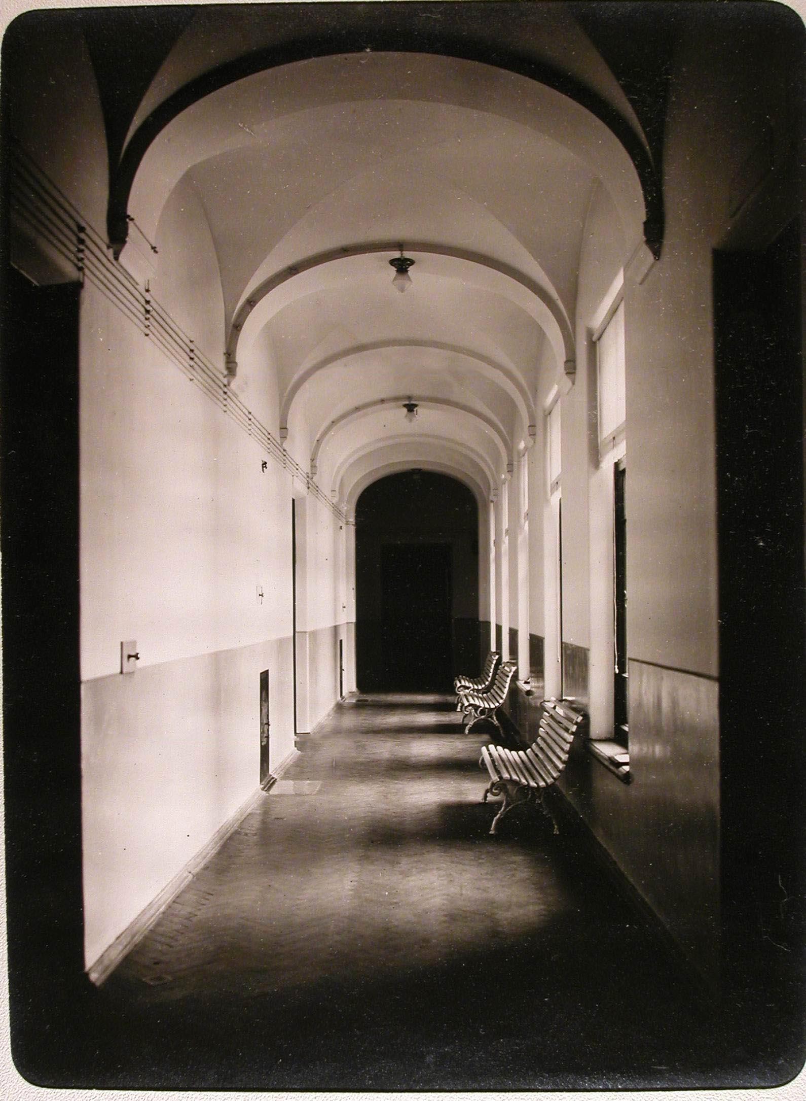 12. Вид части коридора нижнего этажа женского училища имени императрицы Марии Александровны, в котором устроен лазарет для раненых