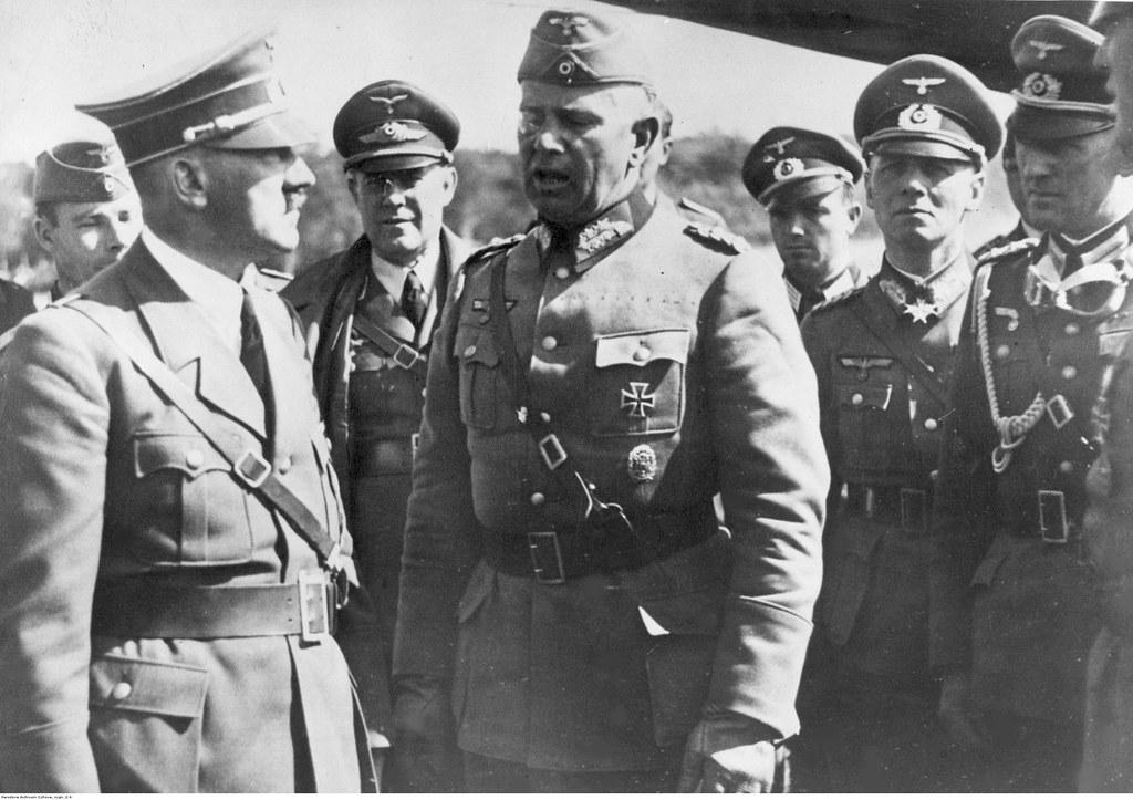 Адольф Гитлер беседует с офицерами, среди прочих генерал Вальтер фон Райхенау (в центре) и генерал Эрвин Роммель