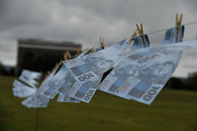 Brazilian real bills hung in protest against corruption and money laundering in Brasília - Créditos: Marcello Casal Jr/ Agência Brasil