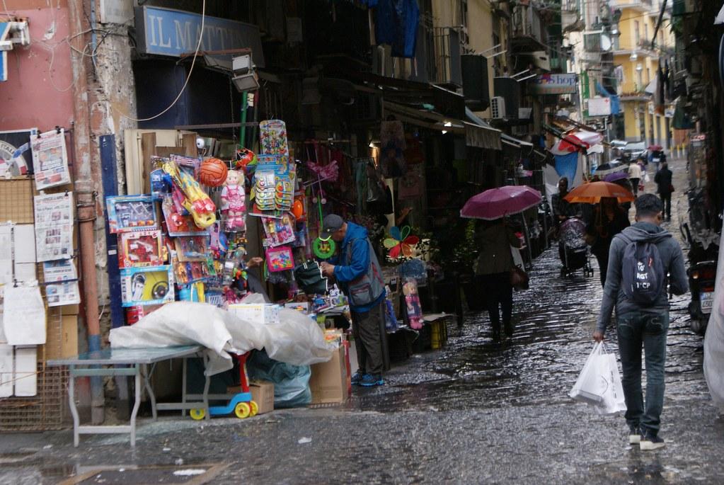 Une rue commerçante de la Sanita à Naples.