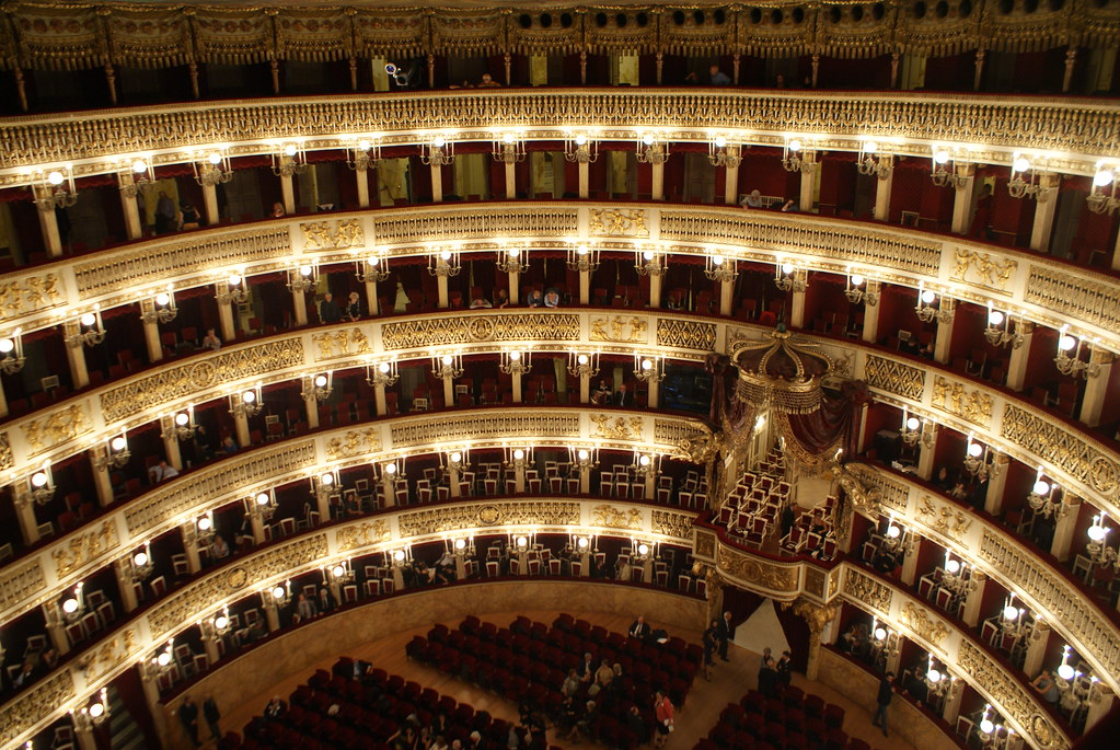 Intérieur de l'opéra San Carlo à Naples