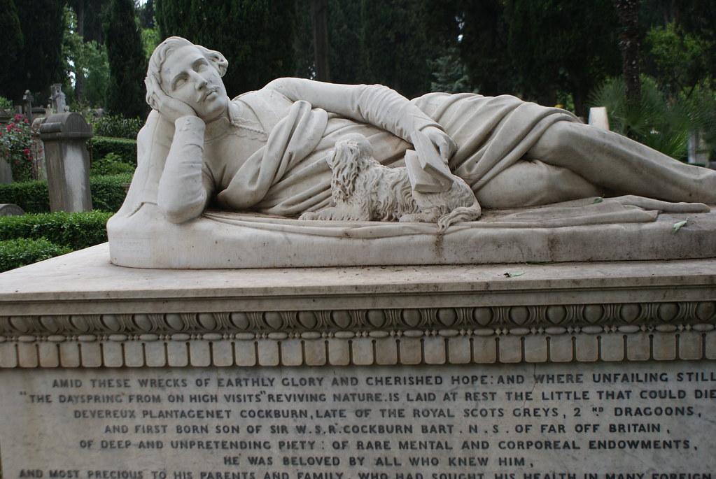 Un bon coussin, un chien peu envahissant et un livre intéressant au cimetière protestant ou non-catholique de Rome.