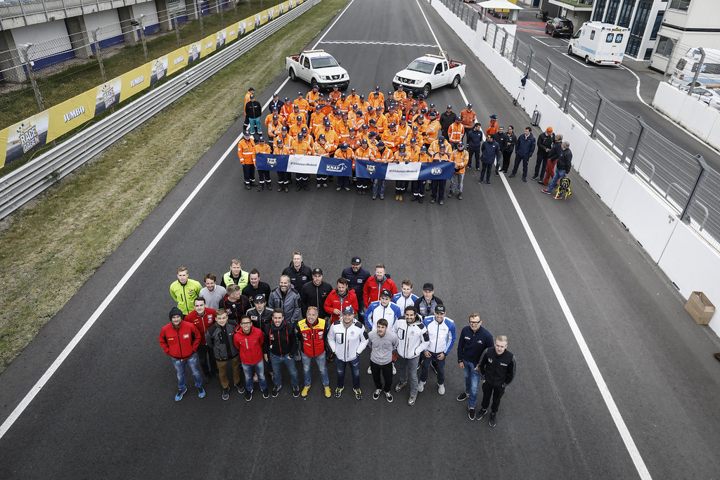 group picture of drivers with commissaire marshall during the 2018 FIA WTCR World Touring Car cup of Zandvoort, Netherlands from May 19 to 21 - Photo Francois Flamand / DPPI