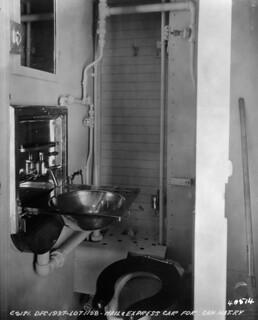 Canadian National Railways mail and express car, washroom interior / Intérieur des toilettes de la voiture de la poste et de la messagerie d'un train des Chemins de fer nationaux du Canada