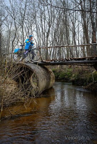 вело-туристов над рекой...