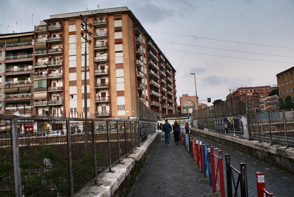 Le quartier de Pigneto à Rome est séparé et enclavé par des voies de chemin de fer et autoroutes urbaines.