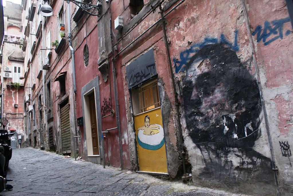 Street art à Naples : Ce portrait a quelques chose d'inquiétant et de triste comme celui d'un fantôme condamné à errer.