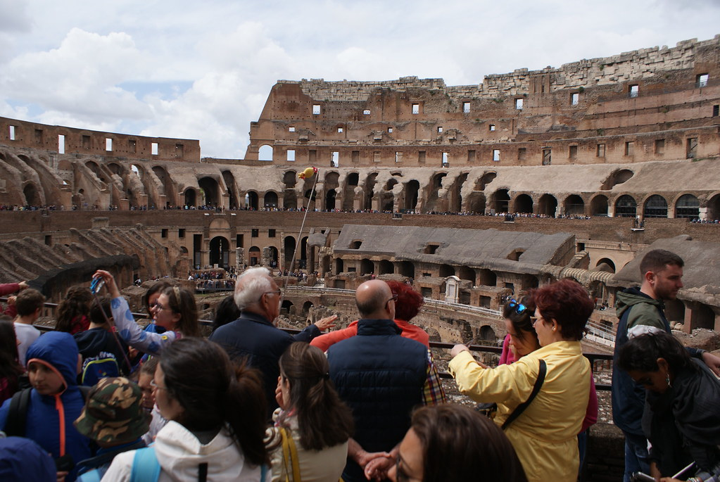 Voici la vue du Colisée avec les autres visiteurs de Rome.