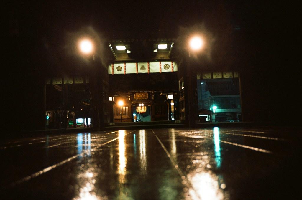 福岡 Fukuoka, Japan / Kodak Pro Ektar / Lomo LC-A+ 福岡有一個地方我住了快三次,他離市區有一段距離遠,但我很喜歡那裡的環境。  我每次都會躲在那裡想事情。  至於確切的位置,不能夠讓妳知道!  雨天、路面、夜晚、濕、燈光、街道、寺廟  Lomo LC-A+ Kodak Pro Ektar 100 4894-0031 2016-09-29 Photo by Toomore