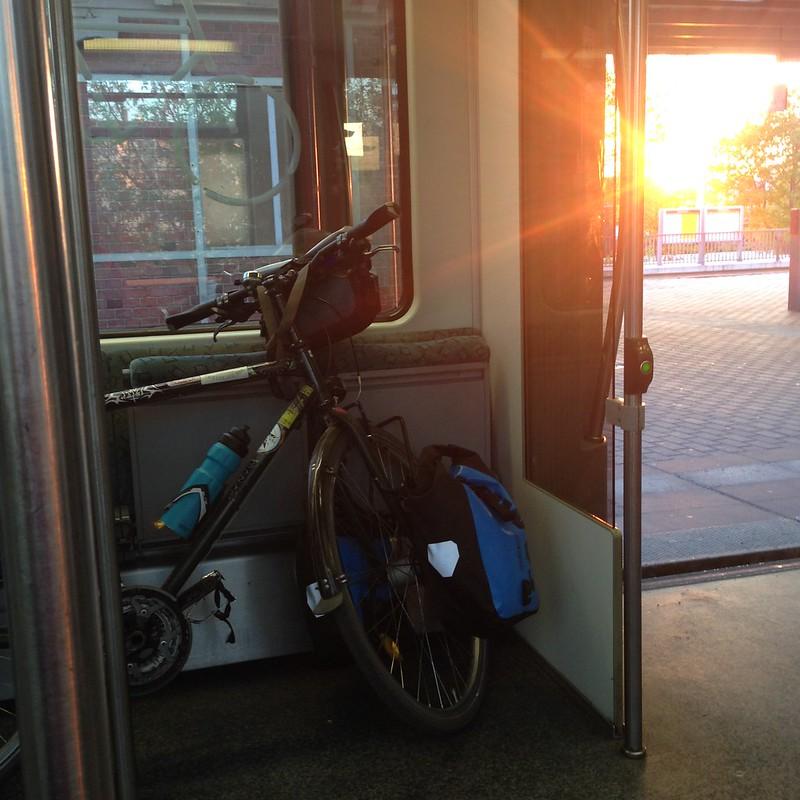 Sonnenuntergang, mein Fahrrad in der S-Bahn