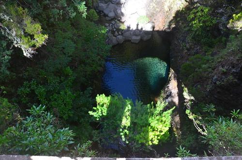 Der Schatten einer Kanalbrücke
