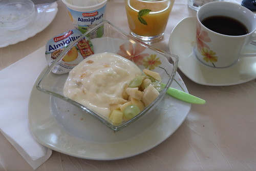 Pfirsich-Maracuja-Joghurt mit frischem Obstsalat