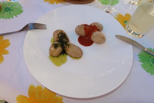 Papas arrugadas mit Mojo verde und Mojo rojo = Kanarische Kartoffeln mit grüner und roter Soße