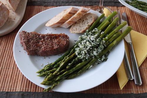 Kleines Rumpsteak vom Frecklinghof  mit Spargelsalat und frischgebackenem Baguette