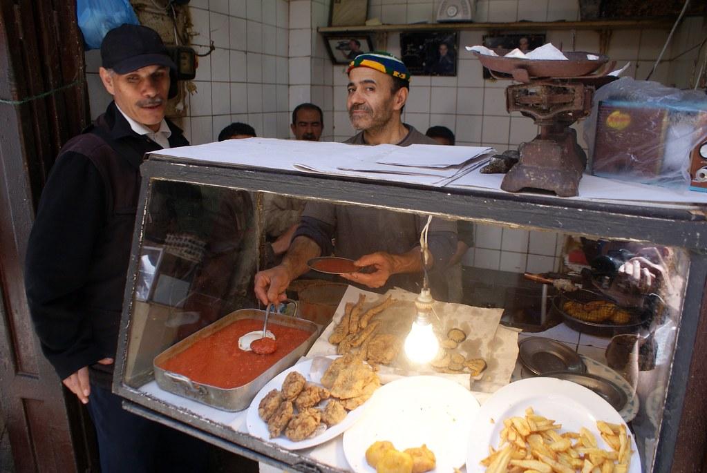Street food à Fès avec ici beaucoup d'options friture. Chaque cuisine propose différents plats.