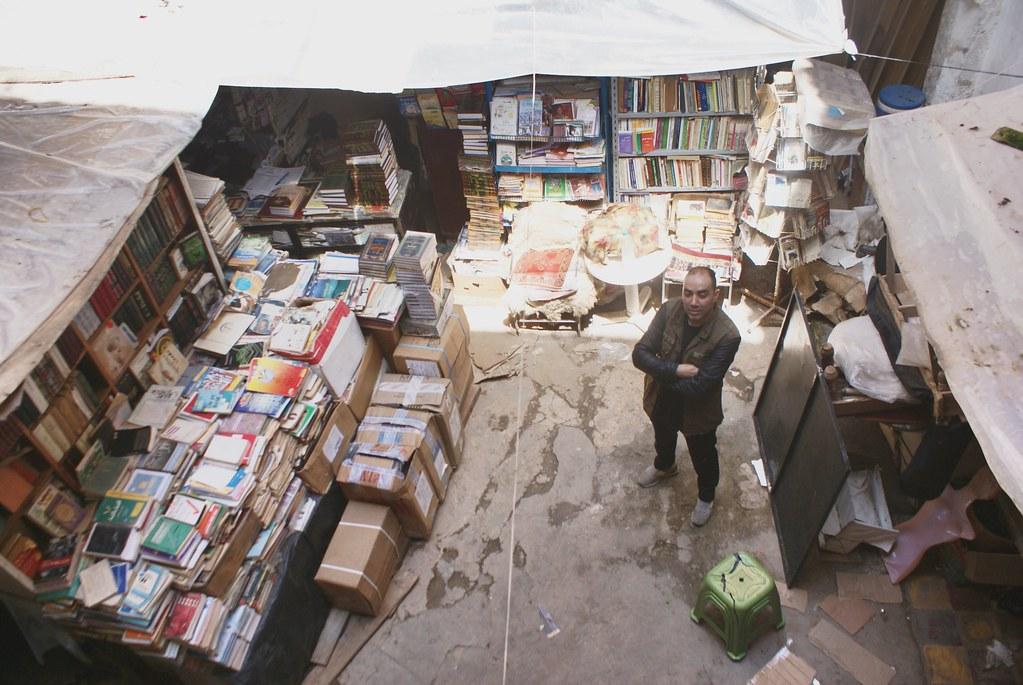 Libraire près de la bibliothèque de l'université de Fès.