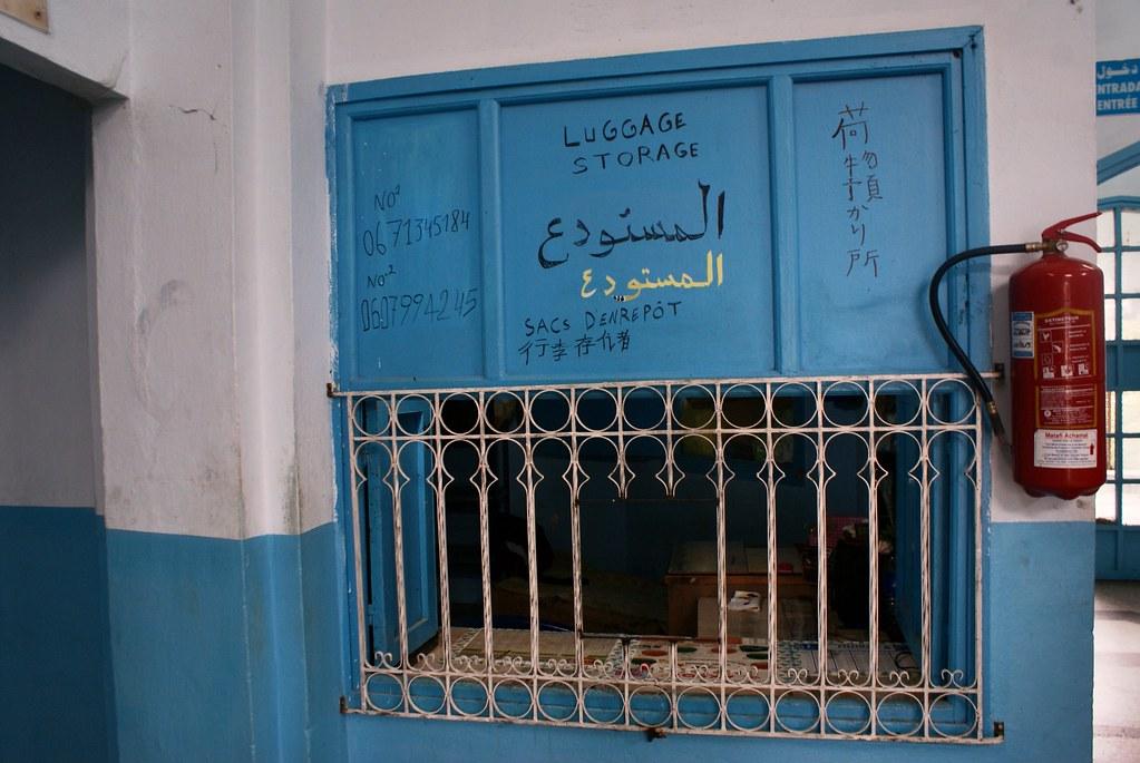 > Dans la gare routière de Chefchaouen : Deposes bagages, cafés et au moins 2 ou 3 compagnies.