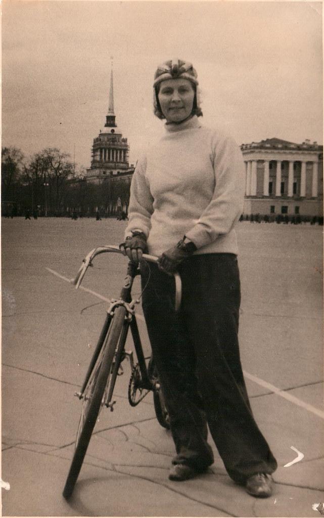1942. М. Минина на Дворцовой пл. после кольцевой эстафеты по велоспорту