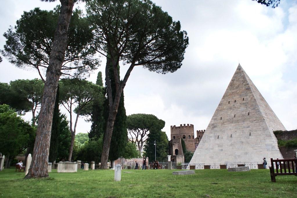 Piramide en bordure du cimetière protestant ou non-catholique de Rome.