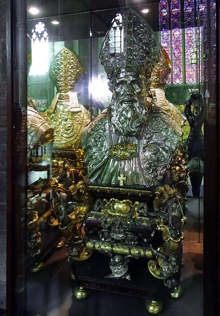 escultura en plata busto del obispo San Perpetuo iglesia interior Colegiata Notre Dame de Dinant Belgica